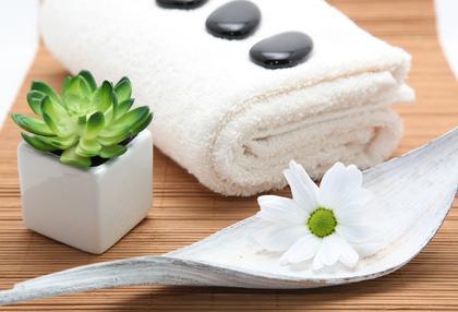 Handtücher, Pflanzen und Naturmaterialien sind beliebte Deko-Ideen im Badezimmer