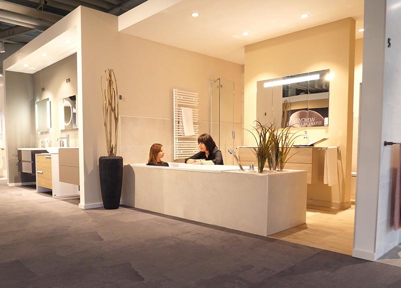 Einfühlen ins neue Badezimmer ist in den ELEMENTS Badausstellungen ohne Probleme möglich.