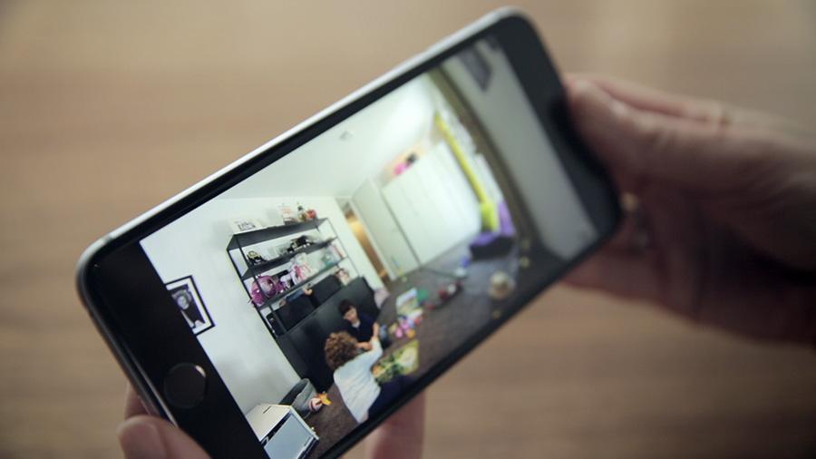 Die Smart Home Innenkamera von Bosch liefert hochauflösende Bilder und Videos direkt auf das Smartphone.