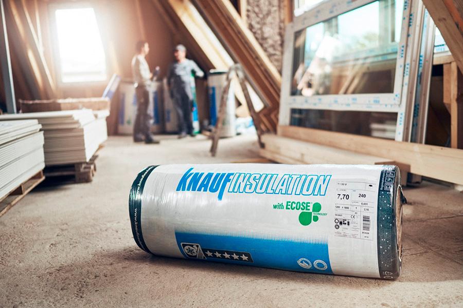 Dämmstoff-Rolle von Knauf Insulation beim Dachausbau
