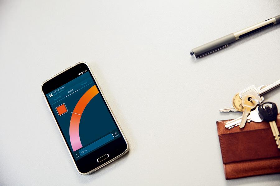 Per Smartphone lässt sich mit dem Bosch Smart Home System das Licht zu Hause steuern.
