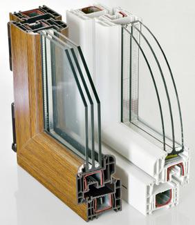 Zwei Fensterrahmen aus Kunststoff