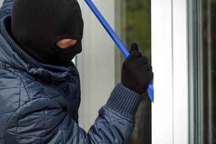 Einbrecher hebelt Fenster auf