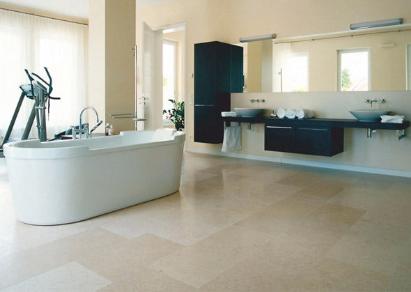 Kalkstein fliesen erzeugen warmes ambiente im modernen bad for Fliesen badezimmer boden