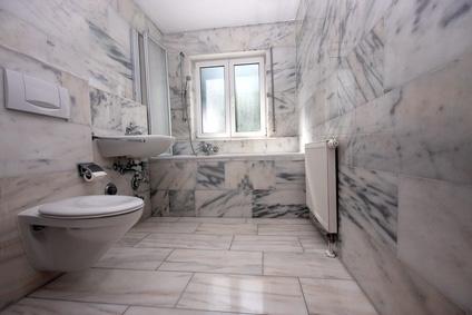 Marmorfliesen im bad strahlen eleganz aus - Marmor badezimmer ...