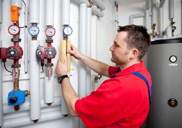 Neue Pumpen und gut gedämmte Rohre helfen Heiz- und Betriebskosten einzusparen.