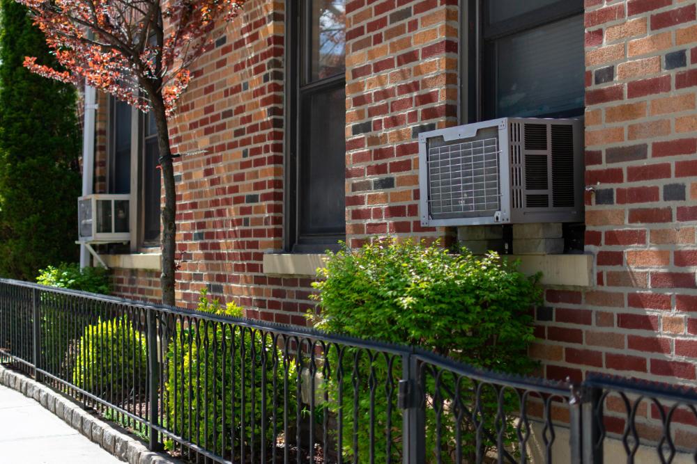 Modernes Wohnhaus mit neuen Fensterklimageräten