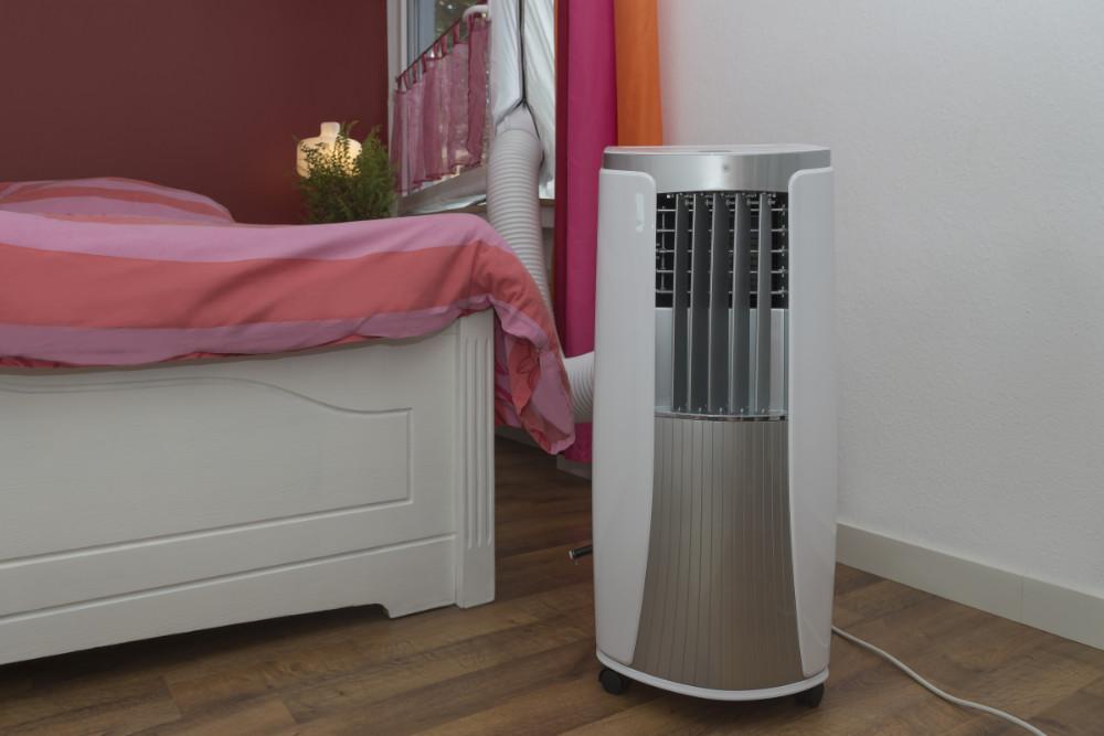 Mobiles Klimagerät mit Abluftschlauch in einem Schlafzimmer