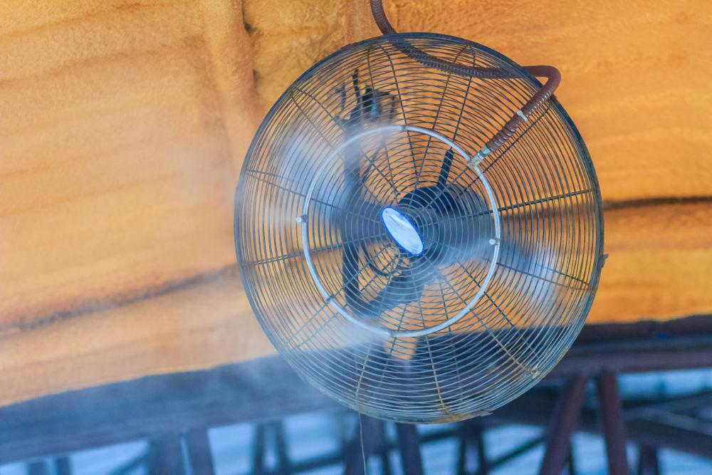 Vom Prinzip her vergleichbar: ein Luftkühler ist eine Kombination aus Ventilator und Luftbefeuchter.