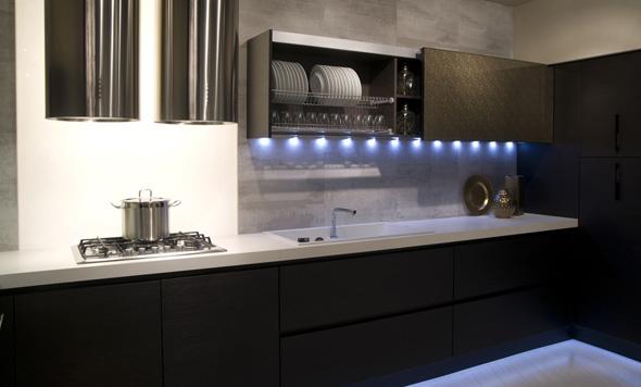 Akzentiert eingesetztes Licht taucht eine Küche in ganz unterschiedliche Stimmungen