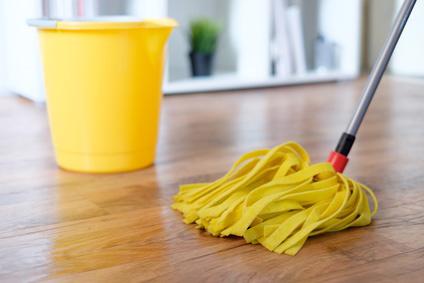 wie laminat richtig pflegen tips zum wischen reinigen co. Black Bedroom Furniture Sets. Home Design Ideas