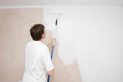Wie Bei Allen Handwerkerarbeiten Ist Auch Beim Wand Streichen Die Richtige  Vorbereitung Wichtig. Bunte Farbe Muss Erst Angemischt Werden, Außerdem  Muss Man ...
