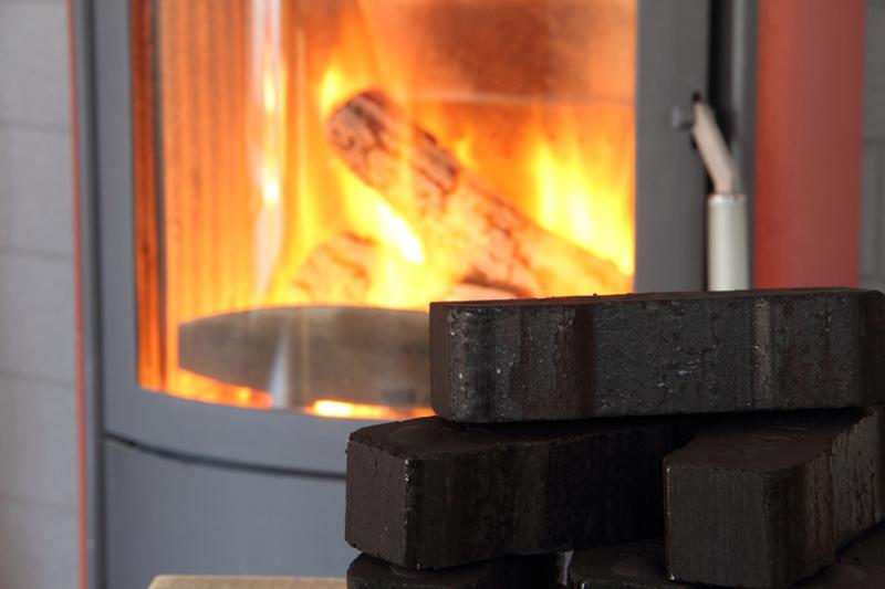 Kaminofen mit Kohlebriketts