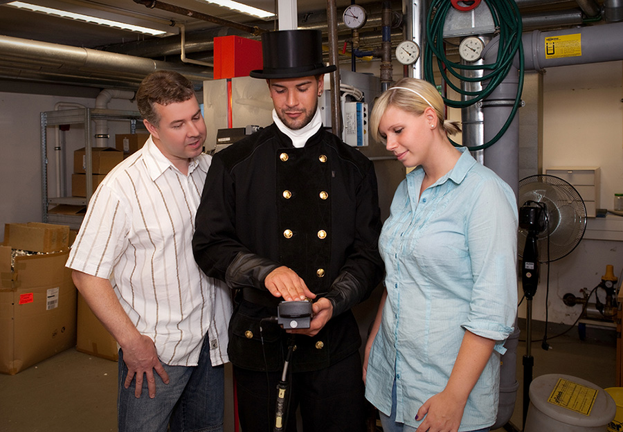 Schornsteinfeger überprüft zusammen mit Kunden die Messwerte der Feuerstättenschau. | Bildquelle: © Bundesverband des Schornsteinfegerhandwerks
