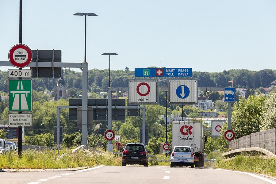 Auf der B 33n kurz vor der Deutsch-Schweizer Grenze in Konstanz. Hinweisschilder auf die Mautpflicht in der Schweiz. | Bildquelle: © Raimond Spekking via Wikimedia Commons | Lizenz: CC BY-SA 4.0