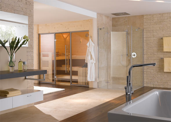 Auch in Verbindung mit einer ebenerdigen Dusche macht eine Heimsauna eine gute Figur.